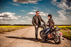 骑自行车的人夫妇在路站立 库存图片