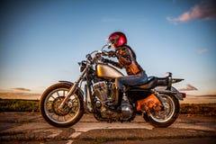 骑自行车的人女孩早晨摩托车射击 免版税库存照片