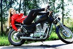 骑自行车的人妇女 免版税库存照片