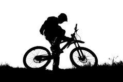 骑自行车的人山剪影 库存照片