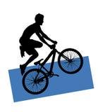 骑自行车的人山剪影 免版税库存图片