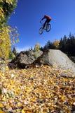 骑自行车的人山吹口哨 库存照片