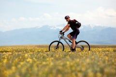 骑自行车的人山微笑 免版税库存照片
