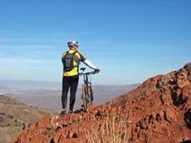 骑自行车的人山 库存图片