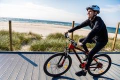 骑自行车的人年轻人 库存照片