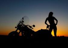 骑自行车的人性感沙漠的女孩 免版税库存照片
