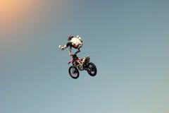 骑自行车的人替身演员在天空中的做特技 免版税图库摄影