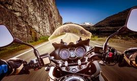 骑自行车的人最初人景色,山蛇纹石 免版税库存图片