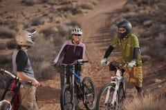 骑自行车的人沙漠山行迹 库存照片