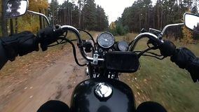 骑自行车的人沿森林公路乘坐在摩托车砍刀慢动作 股票录像