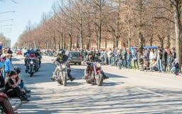骑自行车的人游行在瑞典庆祝春天 免版税图库摄影