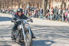 骑自行车的人游行在瑞典庆祝春天 免版税库存照片