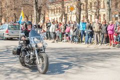 骑自行车的人游行在瑞典庆祝春天 库存图片