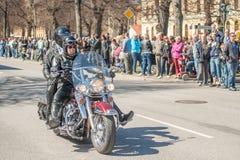 骑自行车的人游行在瑞典庆祝春天 库存照片