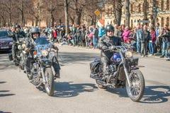 骑自行车的人游行在瑞典庆祝春天 免版税库存图片