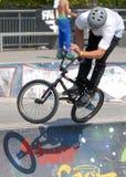 骑自行车的人男孩起反应在比赛期间在街道英雄都市节日 免版税图库摄影