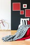 骑自行车的人简单的卧室  免版税图库摄影