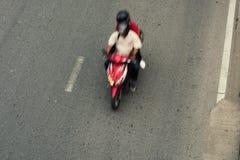 骑自行车的人行动加速的motocycle 免版税图库摄影
