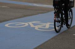 骑自行车的人车道 库存图片