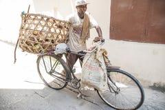 骑自行车的人!使用他的自行车的地方骑自行车的人为运输 石城镇,桑给巴尔 坦桑尼亚 免版税库存照片