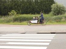 骑自行车的儿童荷兰学校 免版税库存图片