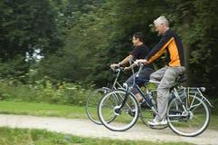 骑自行车的前辈 库存图片