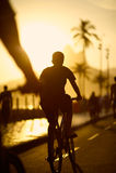 骑自行车的剪影Ipanema海滩里约热内卢巴西 免版税库存图片