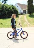 骑自行车的女孩 免版税库存图片