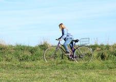 骑自行车的女孩 图库摄影