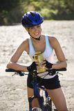 骑自行车的妇女年轻人 库存图片