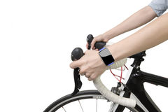 骑自行车的妇女递与空白的触摸屏幕的佩带的smartwatch 免版税库存图片