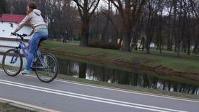 骑自行车的妇女 股票视频