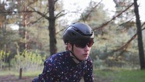 骑自行车的嬉戏被聚焦的专业骑自行车者妇女在马鞍外面 跟随射击 路循环的概念 影视素材