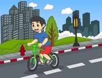 骑自行车的孩子在街道动画片 免版税库存照片