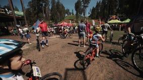 骑自行车的孩子通过人拥挤在赛跑事件的体育 股票录像