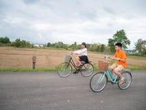 骑自行车的家庭 库存图片