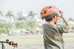 骑自行车的小男孩 自行车的子项 免版税库存照片