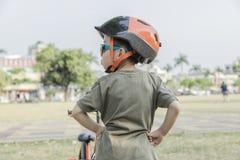 骑自行车的小男孩 自行车的子项 免版税库存图片