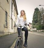 骑自行车的少妇 免版税库存图片