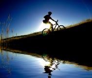 骑自行车的山反映 库存图片