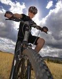 骑自行车的山妇女年轻人 免版税图库摄影