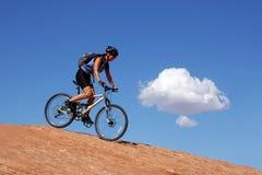 骑自行车的山妇女 免版税图库摄影
