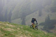 骑自行车的山春天 免版税库存照片