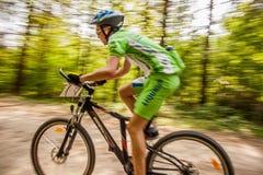 骑自行车的循环的小山山 免版税库存图片