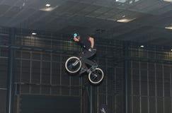 骑自行车的替身演员在特技展示期间 库存照片