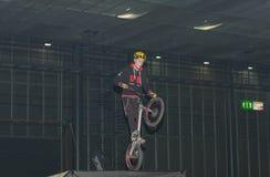 骑自行车的替身演员在特技展示期间 图库摄影