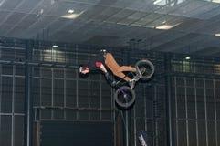 骑自行车的替身演员在特技展示期间 免版税库存照片