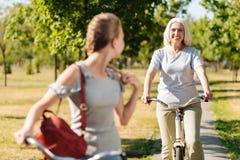 骑自行车的正面微笑的资深妇女 库存照片