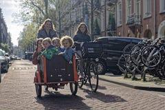 骑自行车的母亲和孩子在阿姆斯特丹 免版税库存照片