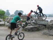 骑自行车的特技 免版税库存照片